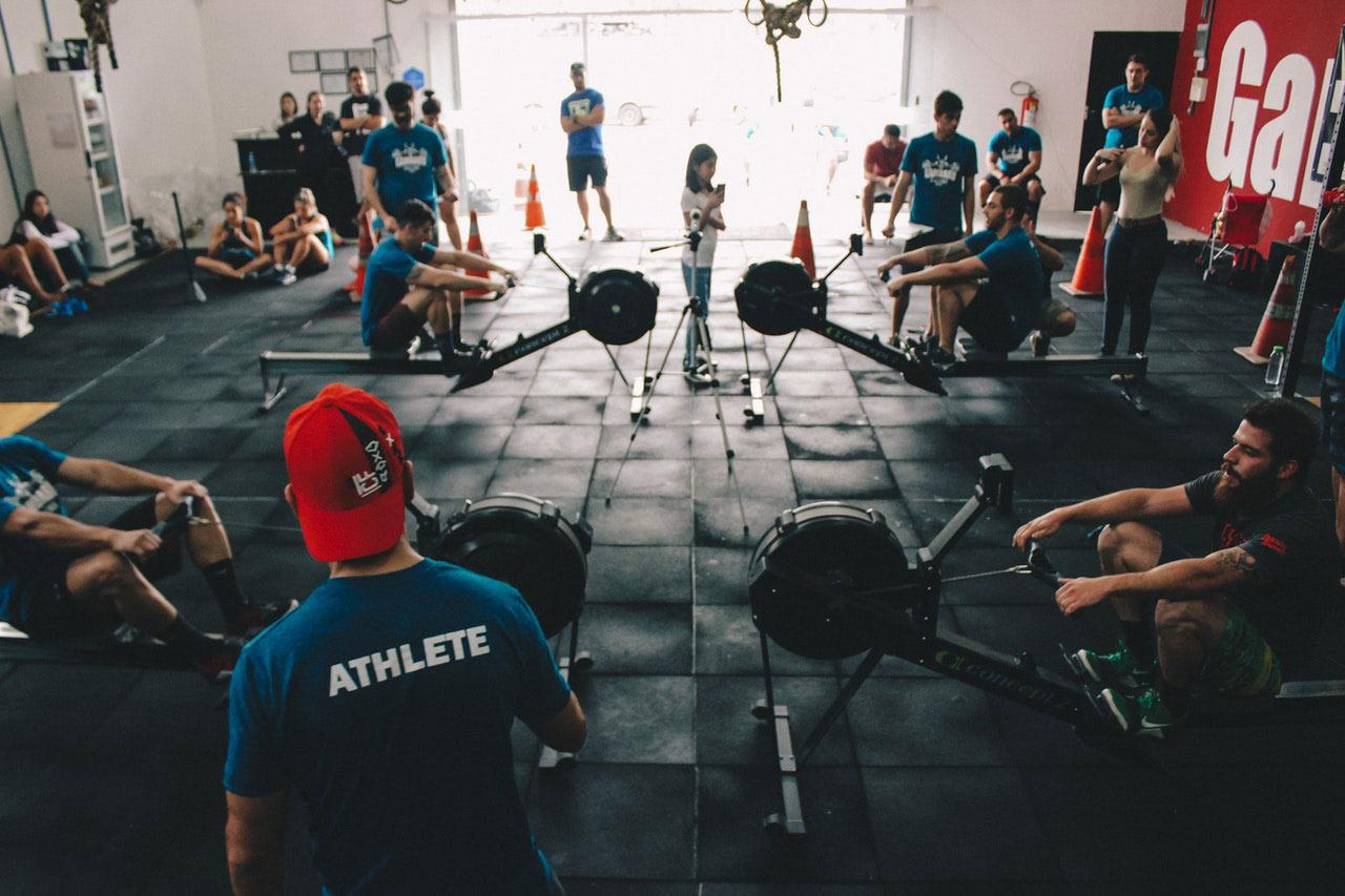 Des athètes à la gym en train de s'entrainer
