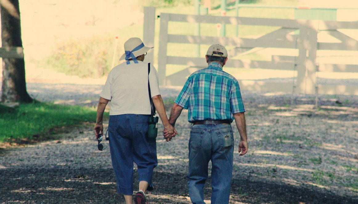 un couple de personnes âgées qui marchent