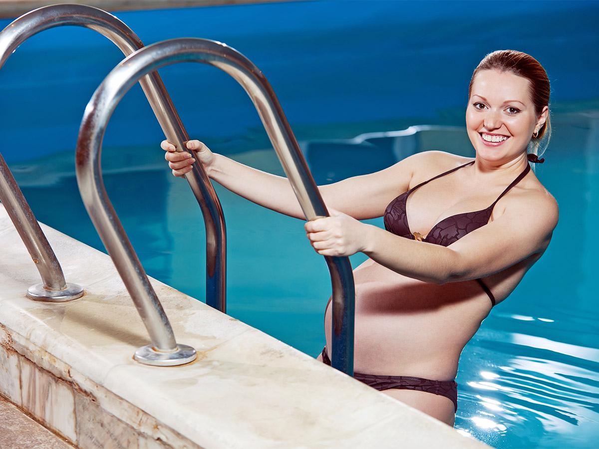 Femmes enceinte à la piscine