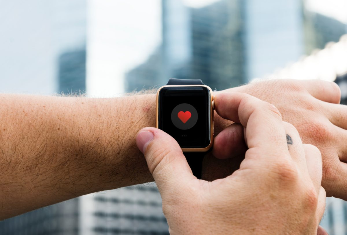 une personne configure sa montre intelligente apple watch