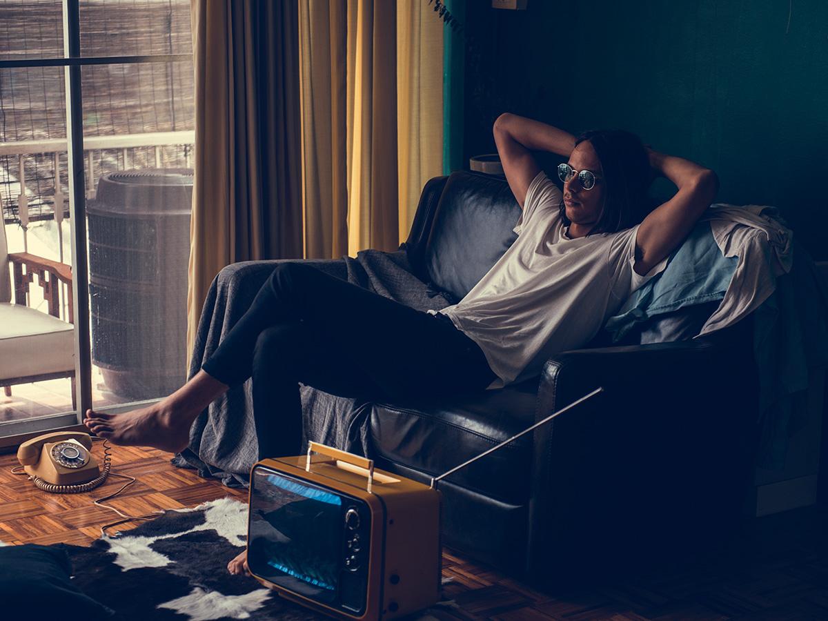 Homme paresseux dans son canapé
