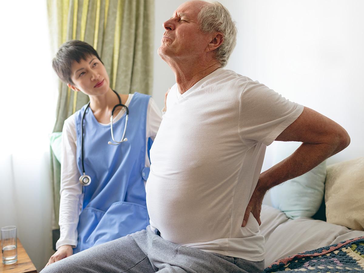 Spécialiste de la santé kinésiologue accompagnant un patient ayant des douleurs de dos