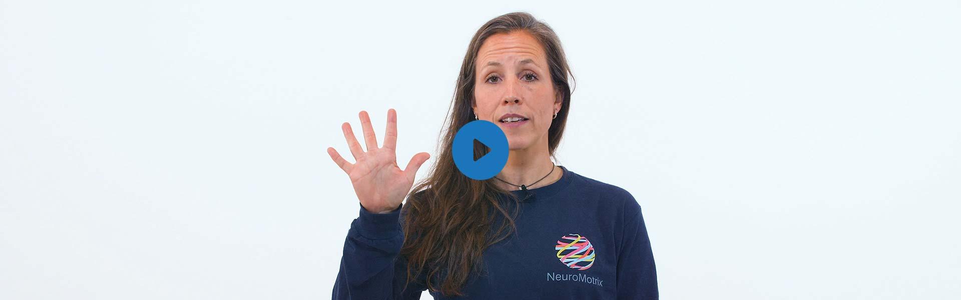 La kinésiologue Martine Lauzé faisant le signe de 5 avec ses doigts