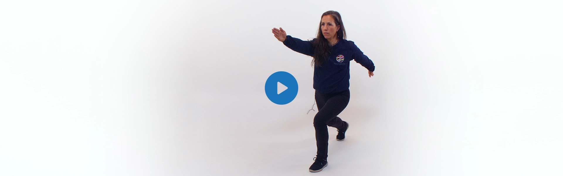 La kinésiologue Martine Lauzé executant l'exercice de la marche en ciseau