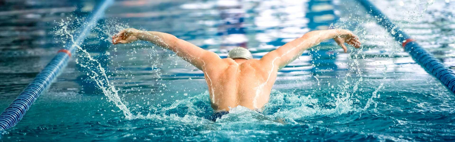 Un nageur professionnel exécutant des longueurs à la piscine