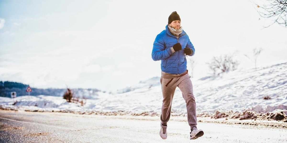 Homme qui court l'hiver dans la neige
