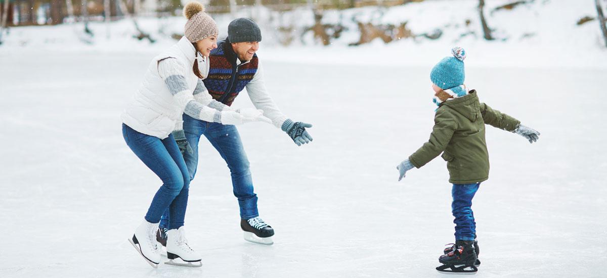 Famille en patins sur glace