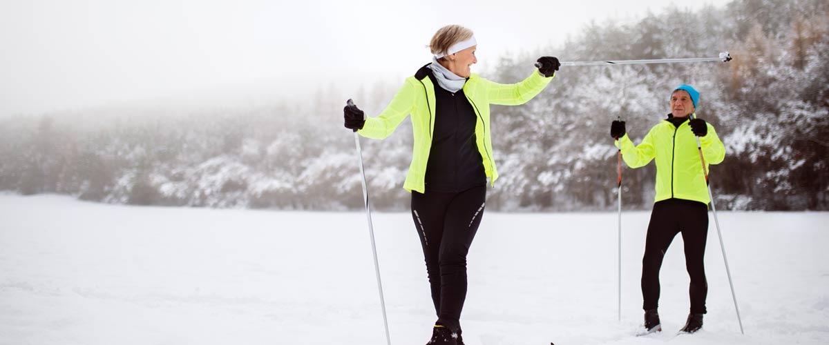 couple âgé en ski de fond