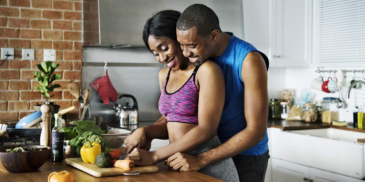 couple heureux qui cuisine
