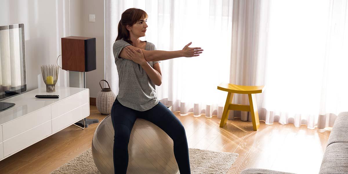 femme faisant de l'exercice à la maison