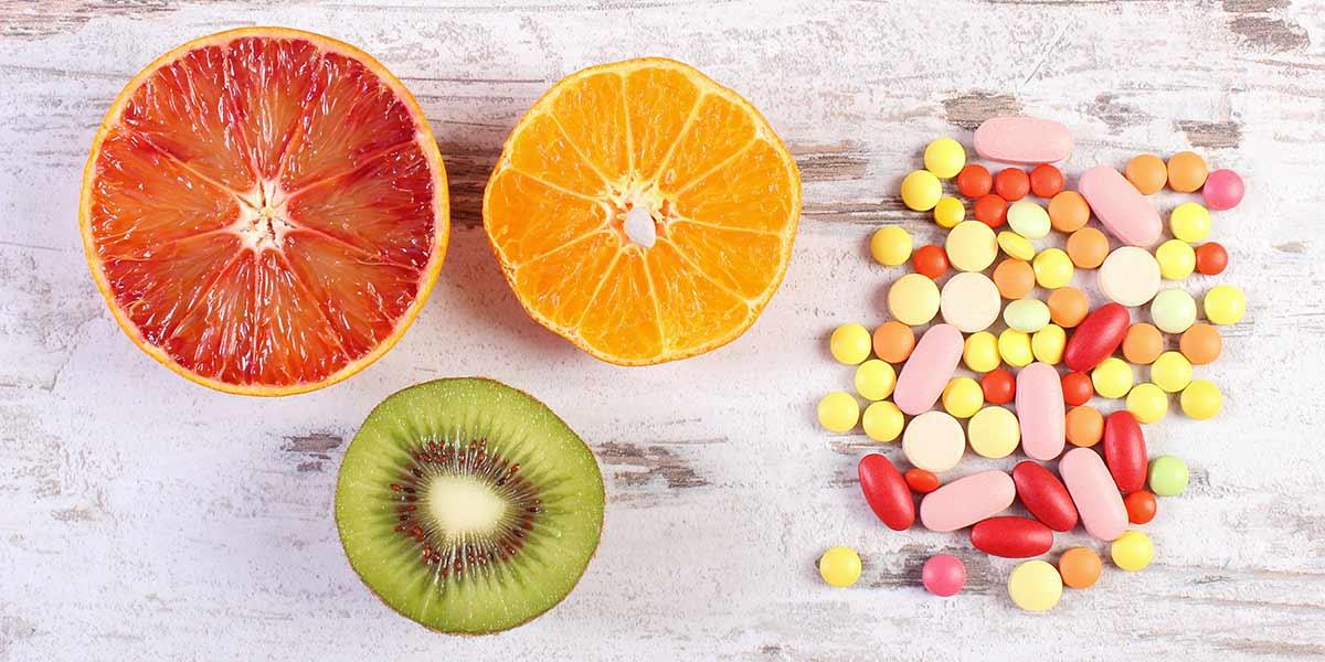fruits et médicaments sur une table