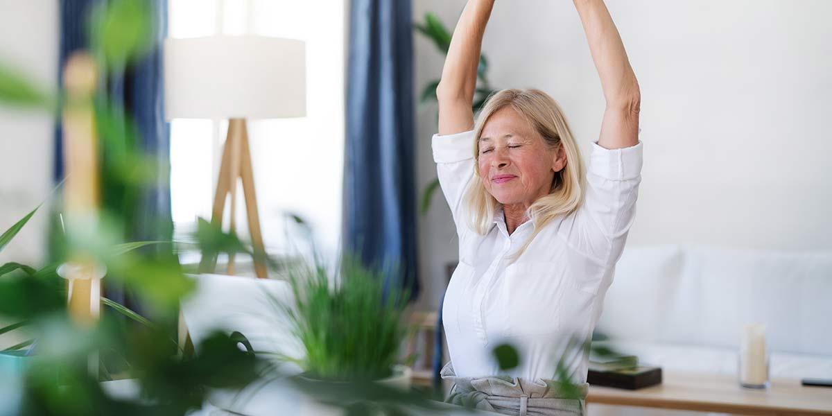 femme en télétravail faisant de l'exercice