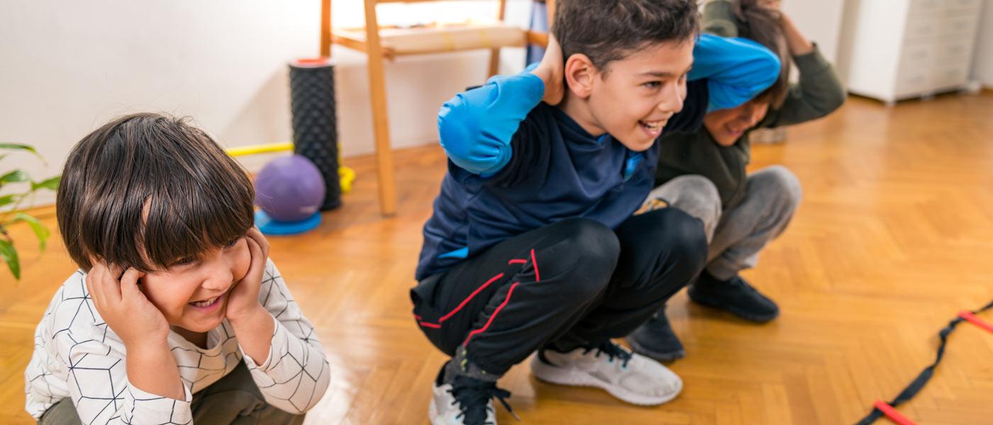 Des enfants en bas âge en train de faire du sport