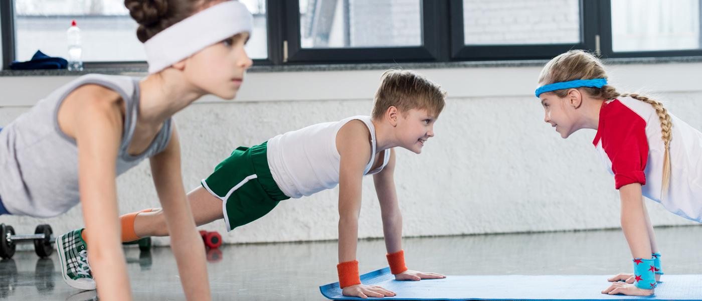 enfants motivés faisant de l'exercice