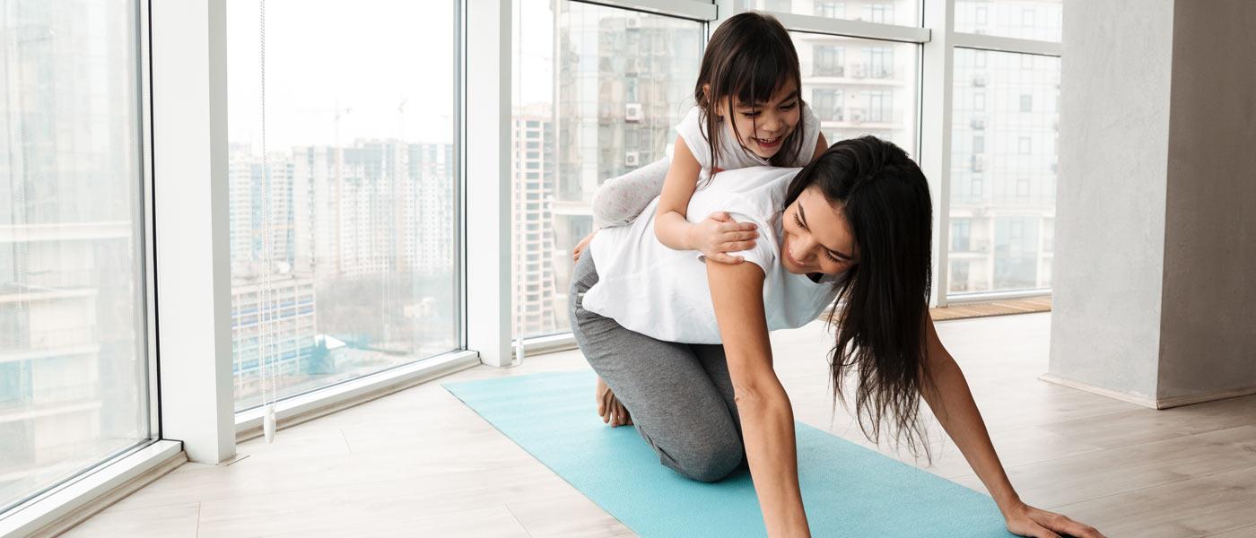 femmes avec petit fille sur le dos exercices