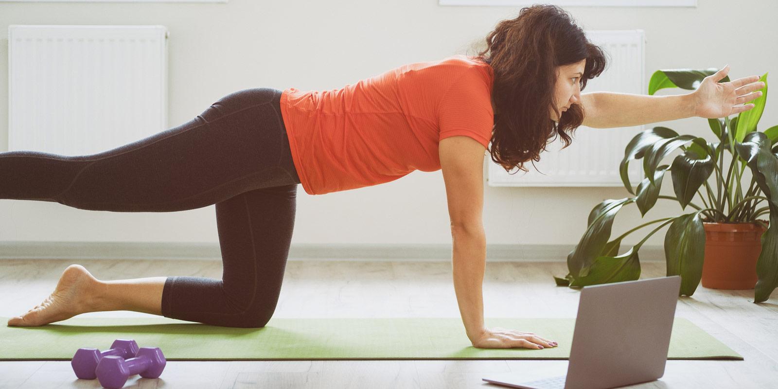 Femme qui fait du fitness à la maison